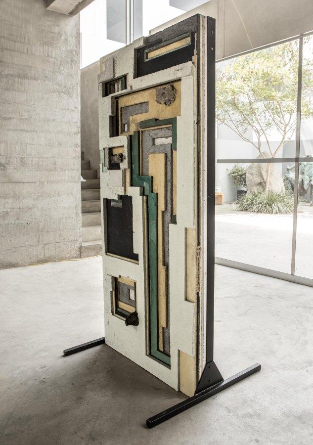 Ishmael Randall Weeks, Andinismos formales, 2019, 185 x 82 x 84 cm. Foto cortesía de Revolver, Lima.