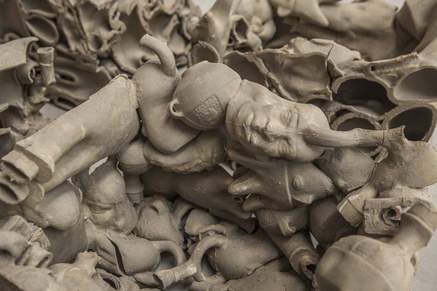 Ishmael Randall Weeks, Huacas (detalle), 2019, cerámica, 40 x 166 x 118 cm. Foto cortesía de Revolver, Lima.