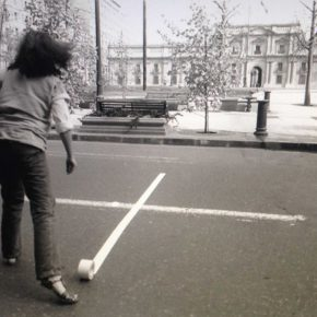 Lotty Rosenfeld, La Moneda, 1985. Cortesía de la artista y ACA