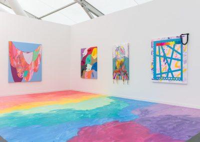 Sarah Cain en Galerie Lelong. Frieze New York, 2019. Foto: Mark Blower. Cortesía: Mark Blower/Frieze