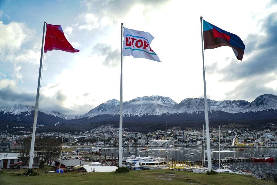 """Voluspa Jarpa, Christian Boltanski, Magdalena Jitrik, """"Banderas del fin del mundo"""", en el Aeroclub de Ushuaia, Tierra del Fuego, 2019. Foto cortesía de Bienalsur"""