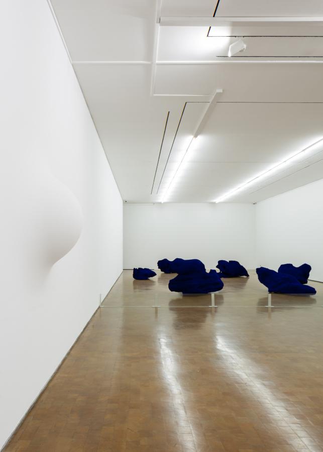 """Anish Kapoor, Dragon (1992). Vista de la exposición """"Surge"""" en CorpArtes, Santiago de Chile, 2019. Foto: Felipe Ugalde/Artishock"""