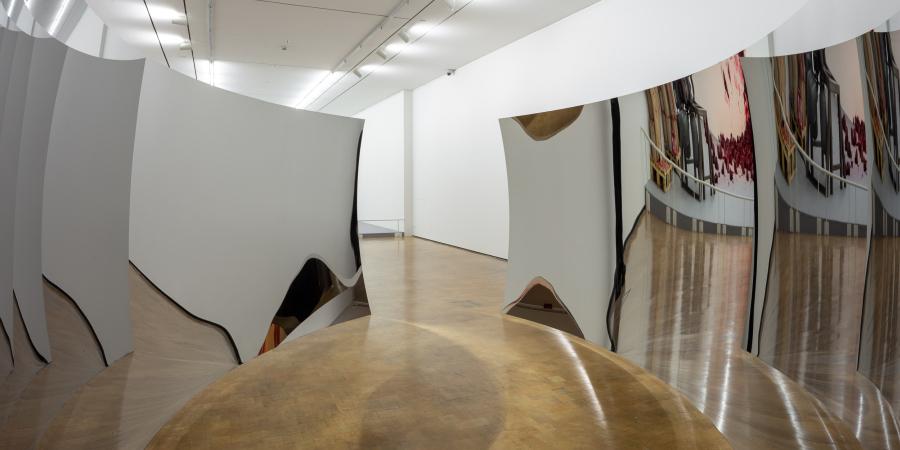 """Anish Kapoor, Double Vértigo (2012). Vista de la exposición """"Surge"""" en CorpArtes, Santiago de Chile, 2019. Foto: Felipe Ugalde/Artishock"""
