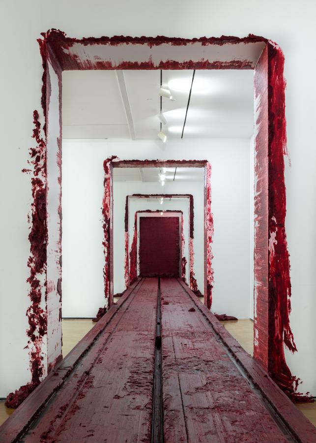 """Anish Kapoor, Svayambhu (2007). Vista de la exposición """"Surge"""" en CorpArtes, Santiago de Chile, 2019. Foto: Felipe Ugalde/Artishock"""