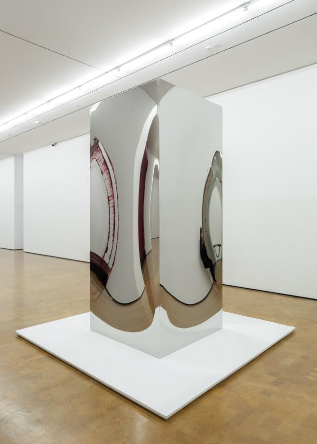 """Anish Kapoor, Non-Object (puerta) (2008). Vista de la exposición """"Surge"""" en CorpArtes, Santiago de Chile, 2019. Foto: Felipe Ugalde/Artishock"""