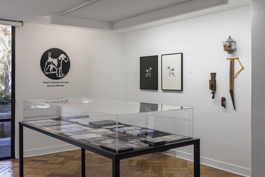 """Vista de la exposición """"Sogol, el guardián del libro"""", de Juan Luis Martínez, en D21 Proyectos de Arte, Santiago de Chile, 2019. Foto: Jorge Brantmayer"""