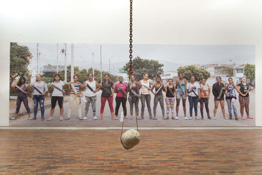 """Vista de la exposición """"Estorbo"""", de Teresa Margolles, en el Museo de Arte Moderno de Bogotá (MAMBO), 2019. Foto cortesía de MAMBO"""