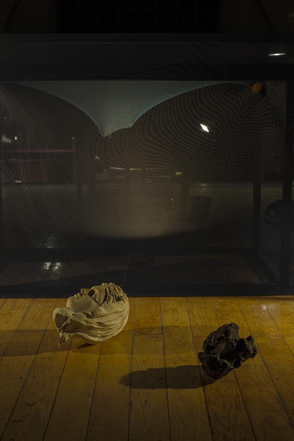Emilio Chapela, Leche de Hera (detalle), 2019, marcos y estructuras de madera con tela, piedras, metal, mármol, esculturas de yeso, objetos variados y lámparas LED. Cortesía del artista. Foto: Isaac Contreras