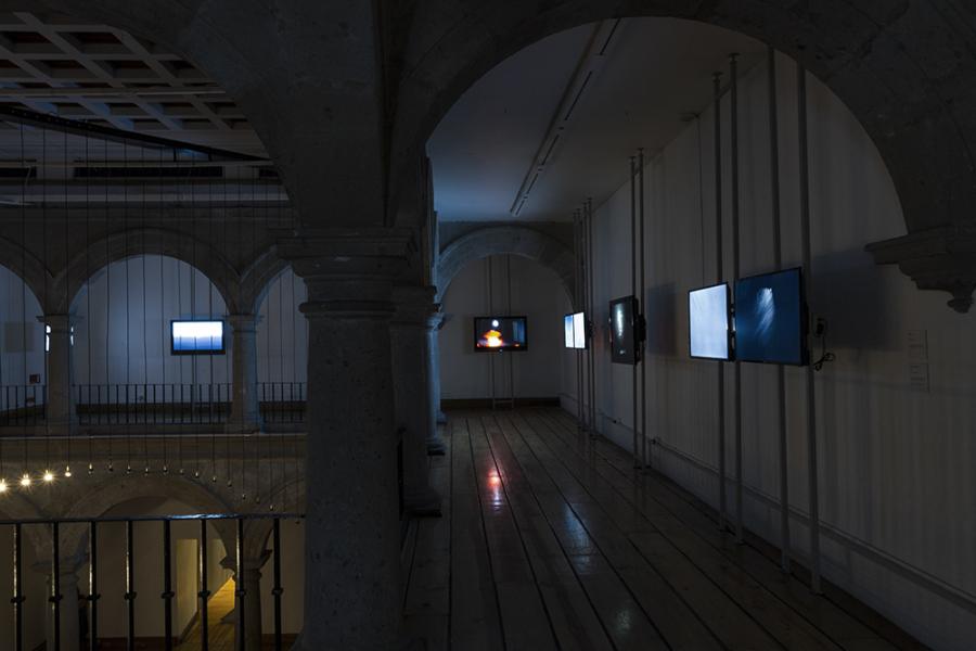 """Vista de la exposición """"En el tiempo de la rosa no envejece el jardinero"""", de Emilio Chapela, en el Laboratorio Arte Alameda, Ciudad de México, 2019. Cortesía del artista"""