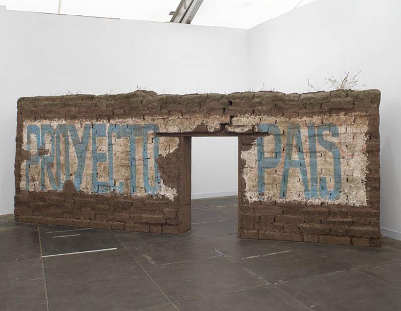 Ximena Garrido-Lecca, Paredes de Progreso: Proyecto País, 2011, barro, paja, polímero, poliestireno, emulsión, madera, 210 x 580 x 140 cm. Cortesía de la artista