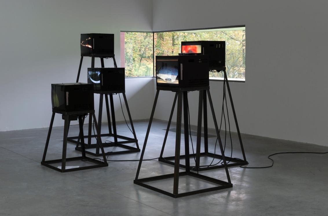 Ximena Garrido-Lecca, Refracciones, 2016. Vista de la instalación en FRAC des Pays de la Loire. Video instalación en cinco canales. Cortesía de la artista