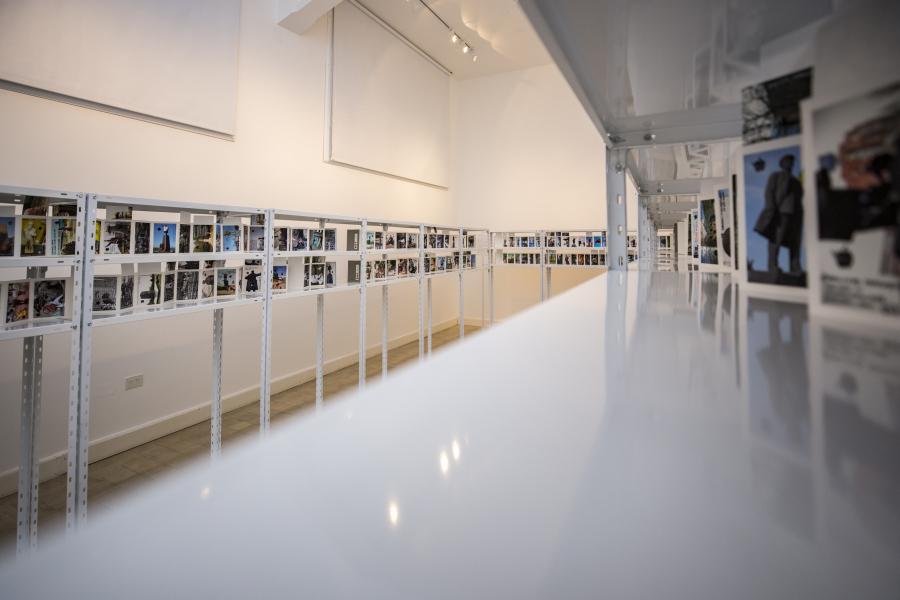Rosângela Rennó, Good Apples | Bad Apples. Vista de la instalación en MUNTREF - Hotel de Inmigrantes, Buenos Aires, 2019. Foto cortesía de Bienalsur