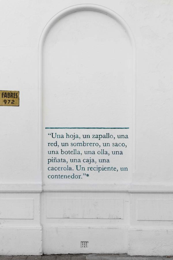 """muroescrito # 1, realizado por Martín La Roche en el marco de su exposición """"Pie de página"""", Verano 2018 -2019, Santiago de Chile. Diagramación: Astrid Seme. Cortesía: Die Ecke"""