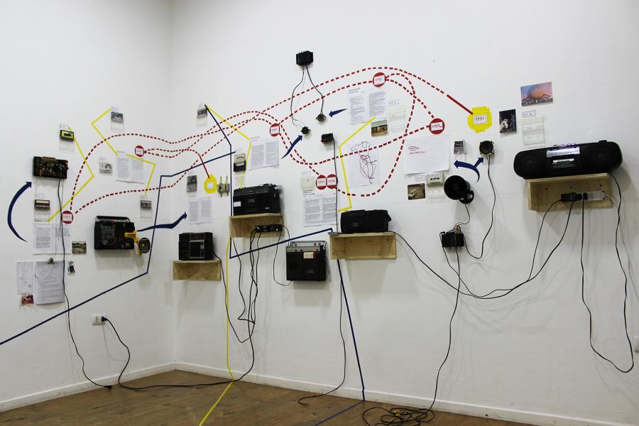 "Vista de la exposición ""Desechos de la historia (escuchar al fantasma)"", de Leonello Zambon y Eugenia González (ZAGO), en Sala B.A.S.E, Tsonami, Valparaíso, 2019. Cortesía: Tsonami"