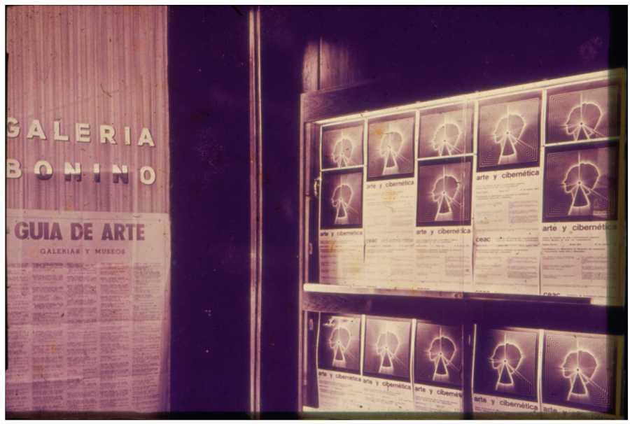 """Vista de la Galería Bonino durante la exhibición """"Arte y cibernética"""", organizada por Jorge Glusberg, (1969). [Diapositiva]. Archivo Bonino, Fototeca Espigas. Colección Centro de Estudios Espigas – Fundación Espigas"""