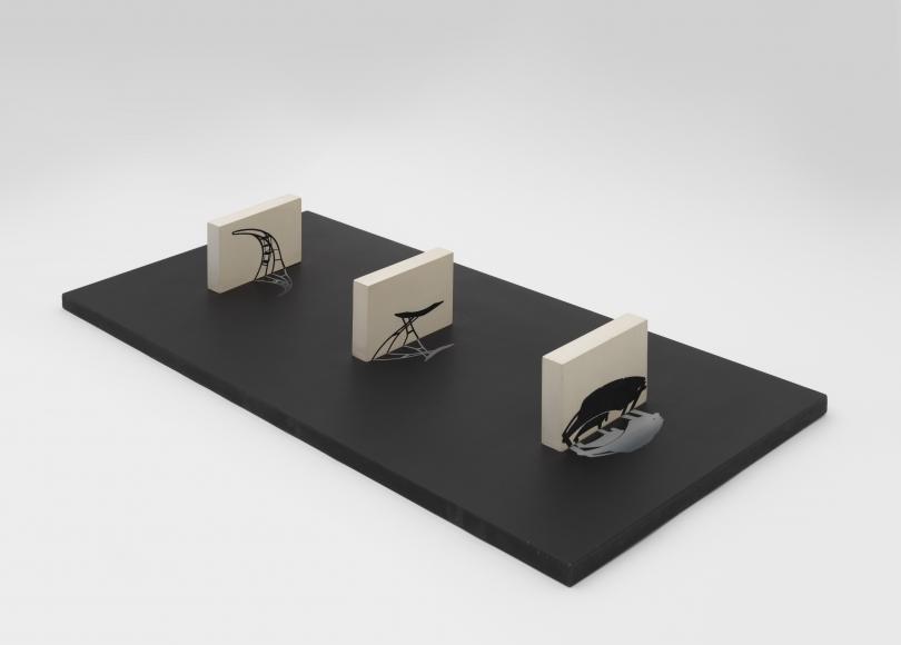 Regina Silveira, Maqueta para Reflexus (Museu de Arte Moderna, São Paulo, Brazil), 1985, pintura industrial, grabado y madera, 13.34 x 99.70 x 44.77 cm. Cortesía de la galería