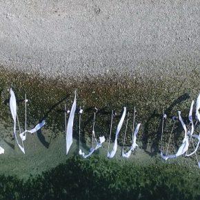 Miguel Braceli, Enterrar Las Banderas en el mar, Punta Angamos y Punta Cuartel, Antofagasta, Chile, 2019. Video Cenital, 1920×1080, 8:00 min. Parte de SACO Festival de Arte Contemporáneo. Colaboración con el Complejo Educativo Juan José Latorre Benavente. Foto cortesía del artista