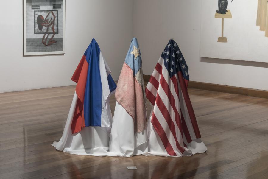 Julia San Martín, instalación con banderas de Rusia, Chile y EEUU. Cortesía de la artista. Foto: Jorge Brantmayer