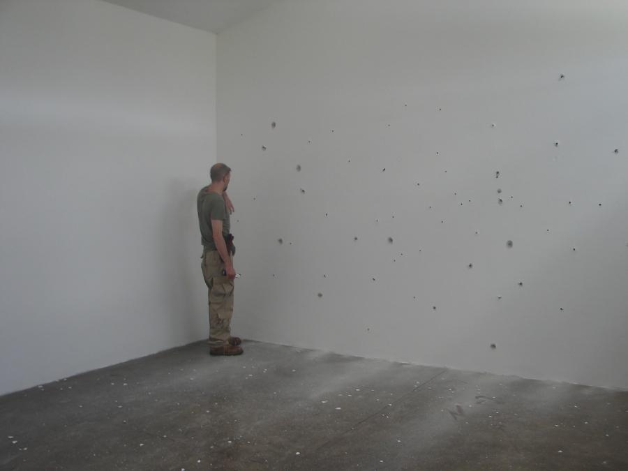 """Aníbal López, Sin Título, 2006, parte de la exposición """"Ejercicios de lo efímero"""". Acción (dibujo realizado con balazos sobre una pared). Cortesía del artista"""