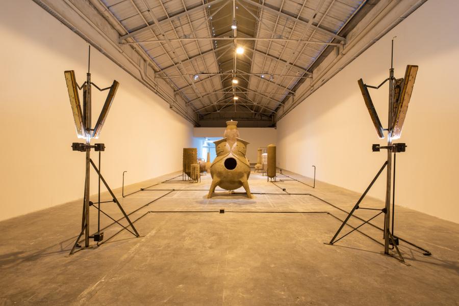 """Vista de la exposición """"Genealogía de la forma"""", de Gabriel Chaile, en Barro, Buenos Aires, 2019. Foto: Santiago Ortí"""