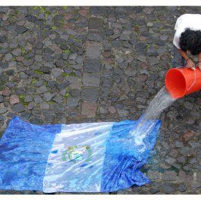 """Fernando Poyón, Bandera, 2008, parte de la exposición """"Horror Vacui. Los Desaparecidos"""". Acción (con la acción del agua una bandera desaparece). Cortesía del artista"""