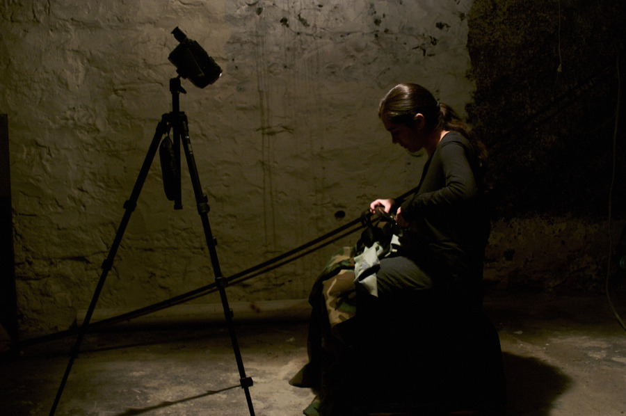 """Jessica Lagunas, 120 Minutos de Silencio, 2008, vista de la exposición """"Horror Vacui. Los Desaparecidos"""". Performance (cortar los patrones de una tela con diseños militares). Cortesía de la artista"""