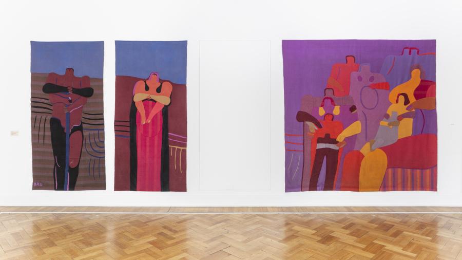 """Obras de Roser Bru en la exposición """"Tejido social: Arte textil y compromiso político"""", en el Museo de la Solidaridad Salvador Allende (MSSA), Santiago de Chile, 2019. Foto: Benjamín Matte / MSSA"""