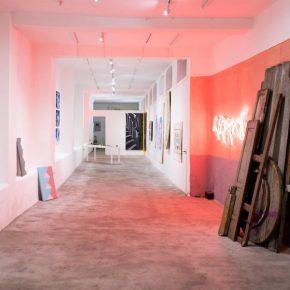 Vista de la exposición 'Vestigio & Souvenir' del colectivo Chivox en No Lugar, Quito, Ecuador, 2019. Cortesía: No Lugar