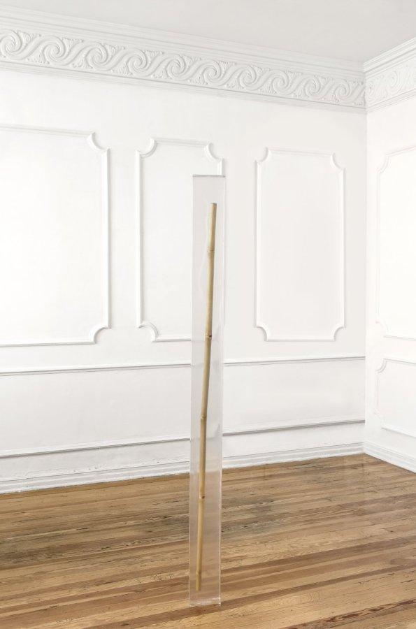 José Vera Matos, Pellizcar un vidrio, 2019, acrílico y bambú, 200 x 15 x 15 cm. Foto cortesía de Nordenhake, México