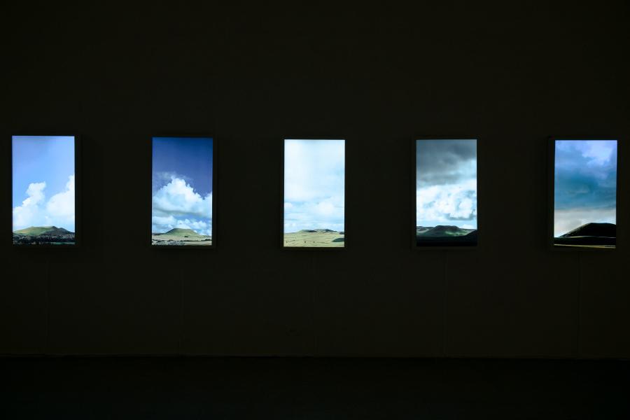 Gianfranco Foschino, A New Landscape, 2016, videoinstalación con cinco videos en marcos de madera blanca. Colección del artista, Santiago de Chile. Foto: Goethe-Institut/Urniator Studio, Juan David Padilla Vega