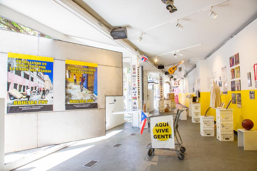 """Vista de la exposición """"Aquí vive gente: Museo de Historia y Comunidad de Puerta de Tierra"""",en Storefront for Art and Architecture, Nueva York, 2019. Foto: Hatnim Lee"""