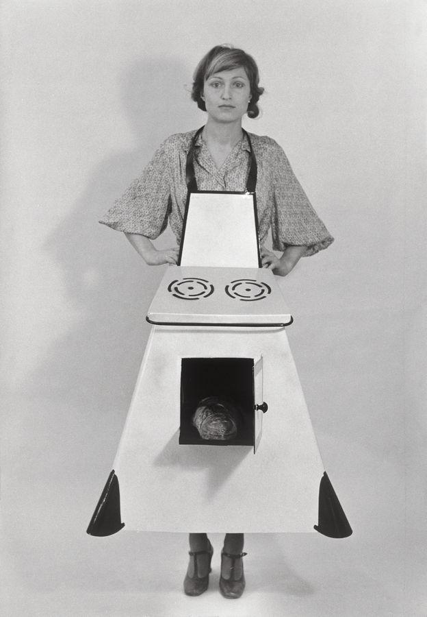 Birgit Jürgenssen, Delantal de cocina de la ama de casa,1975, dos fotografías en blanco y negro, 39,3 x 27,5 cm c/u. © Estate Birgit Jürgenssen / Bildrecht, Wien, 2019 / The Sammlung Verbund, Viena