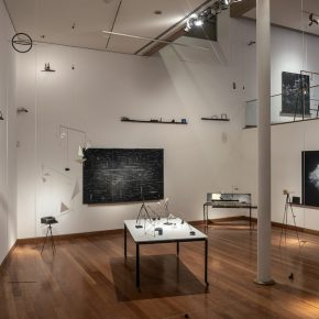 """Vista de la exposición """"Construcciones Imposibles"""", de María Edwards, en el Museo de Artes Visuales (MAVI), 2019. Foto: Jorge Brantmayer"""