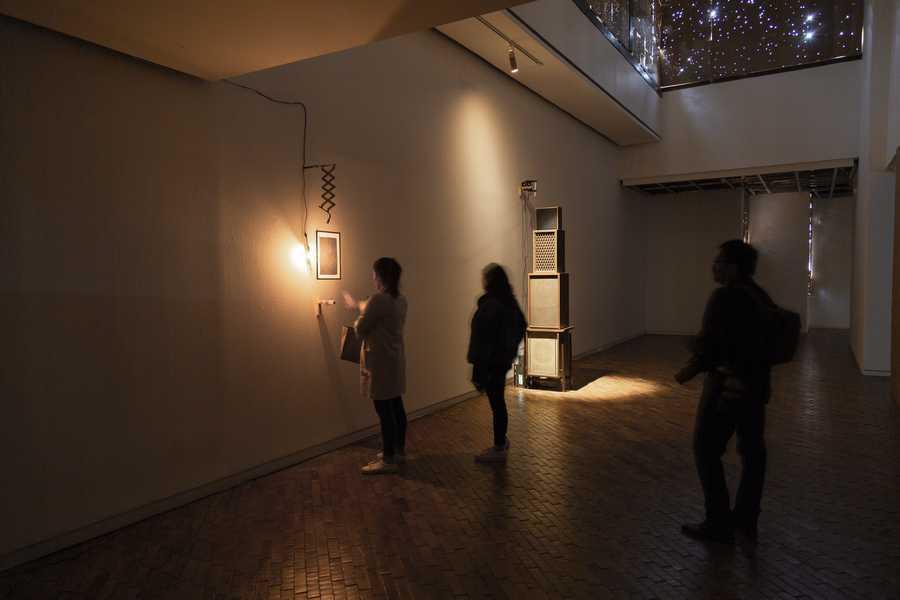 """Vista de la exposición """"Extrañando al fantasma"""", de Ícaro Zorbar, en el Museo de Arte Moderno de Bogotá (MAMBO), 2019. Foto cortesía de MAMBO"""