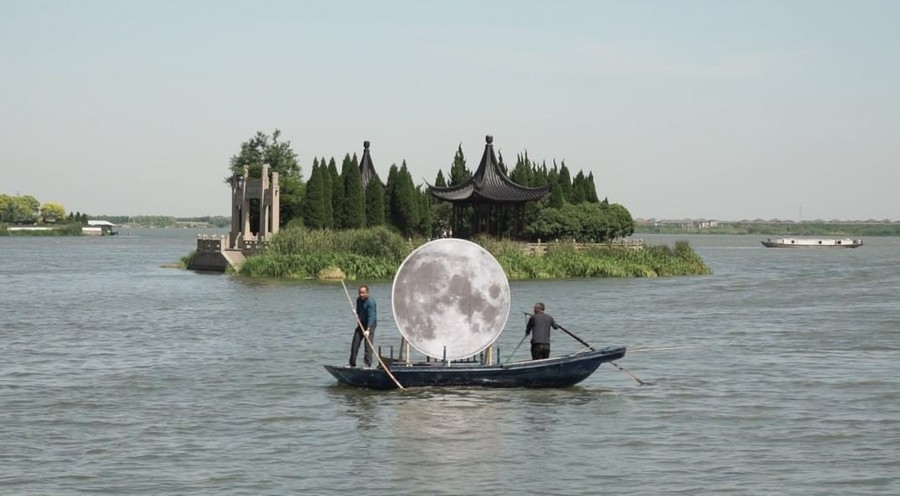 Javier González Pesce, Luna, 2019, intervención en las aguas de Jinxi, China. Cortesía del artista
