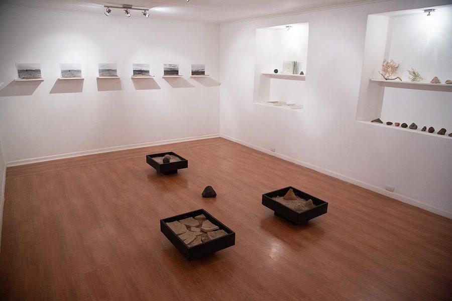 """""""Diario de una búsqueda hacia lo suprasensible"""", de Natalia Pilo-Pais, 2019. Vista de la exposición en Sala de Arte de Fundación Minera Escondida de San Pedro de Atacama. Foto cortesía de SACO"""