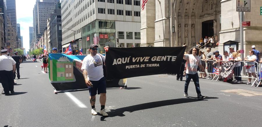 Brigada Puerta de Tierra desfilando en el Puerto Rican Day Parade, Nueva York, 2019. Foto cortesía de Storefront for Art and Architecture