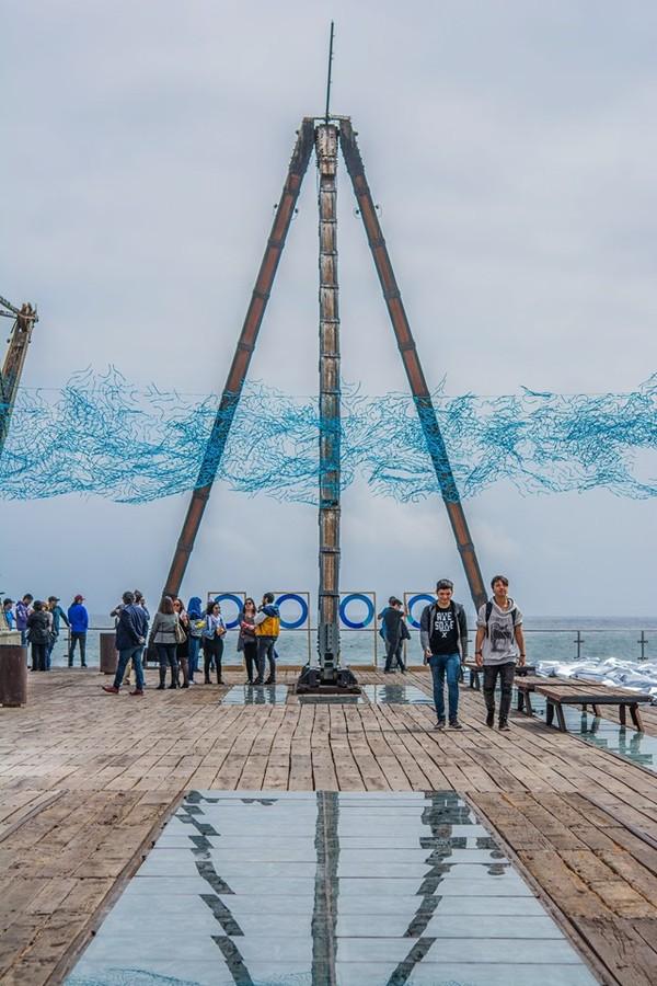 """""""Topografía de un futuro incierto"""", de Guillermo Anselmo Vezzosi, 2019. Vista de la exposición en el Muelle Histórico Melbourne Clark de Antofagasta. Foto cortesía de SACO"""