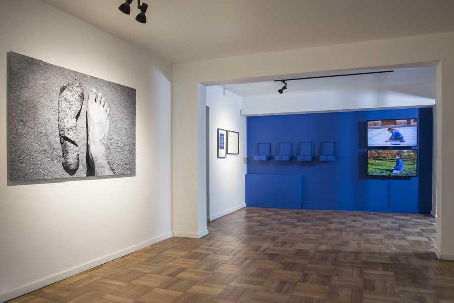 """Vista de la exposición """"Formas de guardar silencio"""", en Galería AFA, Santiago de Chile, 2019. Foto: Jorge Brantmayer"""