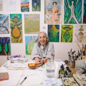 Luchita Hurtado en su casa/taller, en Santa Mónica, California (EEUU), 2019 © Luchita Hurtado. Cortesía de la artista y Hauser & Wirth. Foto: Oresti Tsonopoulos