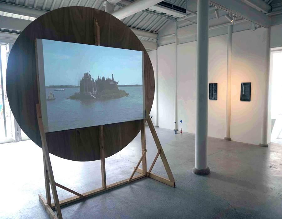 Vista de la exposición Satellites and Wanderers [Satélites y Errantes], de Javier González Pesce, en Points Center for Contemporary Arts, Jinxi, China, 2019. Cortesía del artista