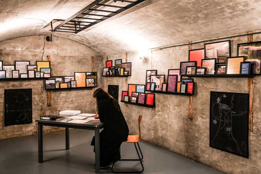 """Vista de la exposición """"Liquid Landscapes: what if the ground under your feet cannot be trusted?"""", de Agencia de Borde, en el museo Kunstfort bij Vijfhuizen (Holanda), 2019. Foto cortesía de los artistas"""