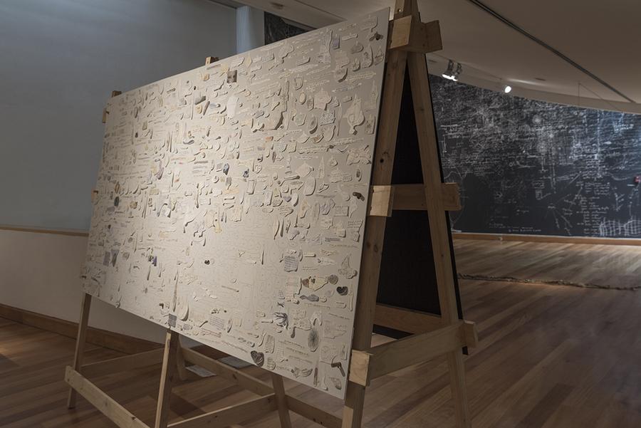 """""""Las hojas de los cuadernos"""" (detalle). Vista de la exposición """"Humus"""", de Paula de Solminihac, en el Museo de Artes Visuales (MAVI), Santiago de Chile, 2019. Foto: Jorge Brantmayer"""