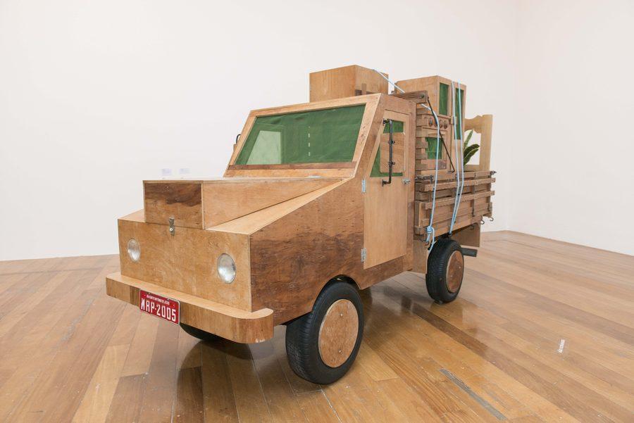 "Mudança (2005). Vista de la exposición ""Marepe: extrañamente común"", en Pina Estação, São Paulo, 2019. Foto: Levi Fanan / Pinacoteca"