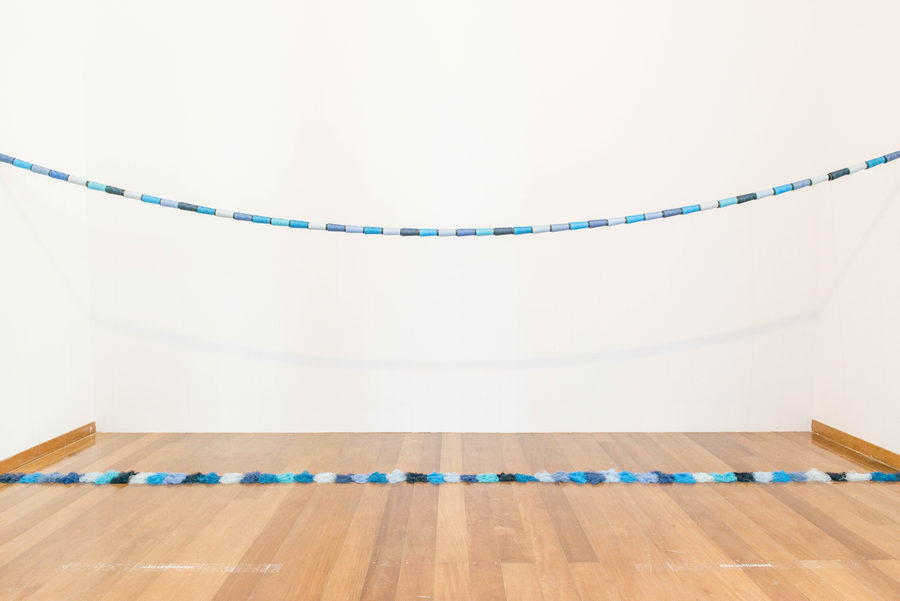 """Chorinho (2009). Vista de la exposición """"Marepe: extrañamente común"""", en Pina Estação, São Paulo, 2019. Foto: Levi Fanan / Pinacoteca"""