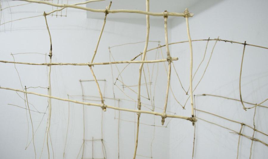 """Vista de la exposición """"Tendederos"""", de Franco Contreras, en El Bloque, Mérida, Venezuela, 2019. Cortesía de El Bloque"""