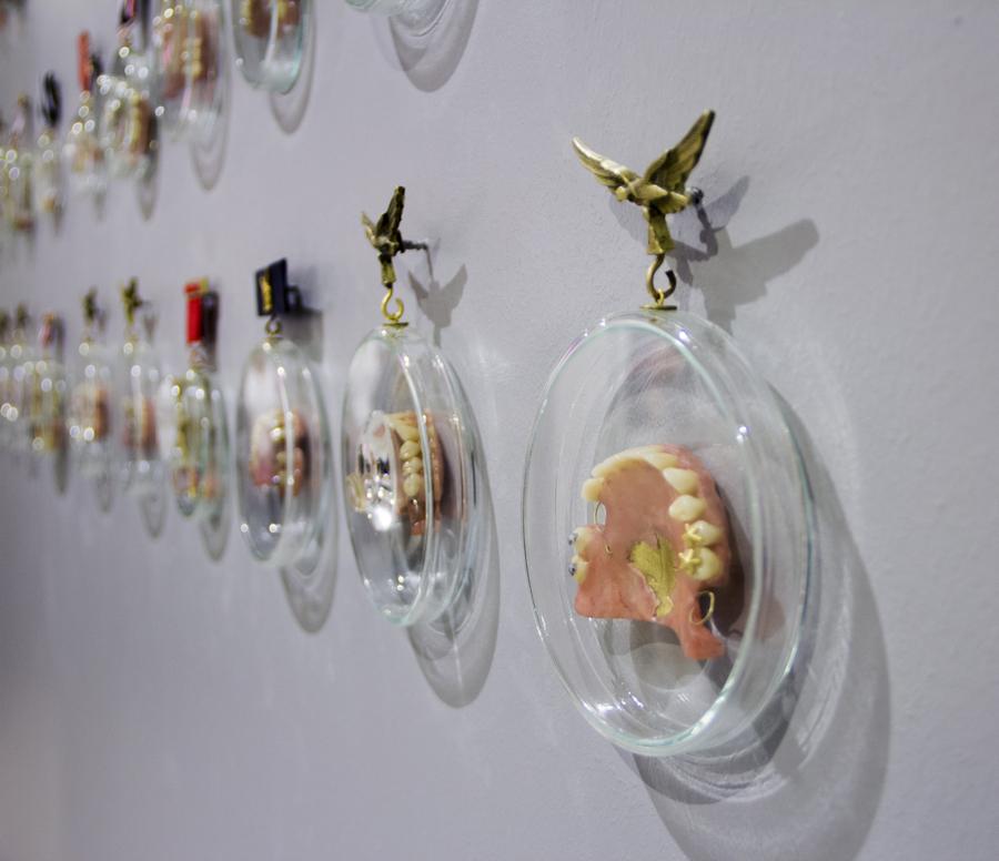 Claudio Correa, Bling Bling (detalle), 2017, 69 piezas compuestas por medallas y prótesis dentales con incrustaciones metálicas. Cortesía del artista