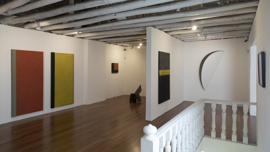 """Vista de la exposición """"John Castles y Jordi Teixidor: los límites del vacío"""", en nueveochenta, Bogotá, 2019. Cortesía de la galería"""
