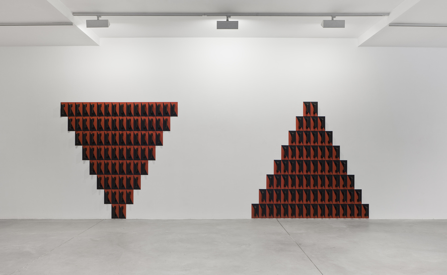 """Vista de la exposición """"El ladrillo II"""", de Patrick Hamilton, en Fundación DIDAC, Galicia, España, 2019. Cortesía: DIDAC"""