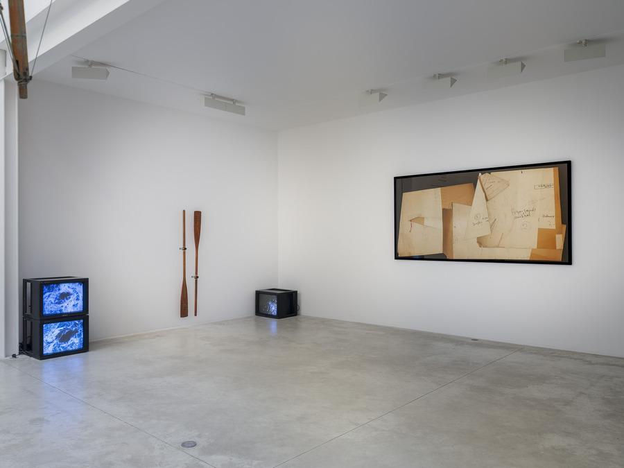 Enrique Ramírez, Mar mAr maR. Vista de la exposición en Michel Rein, París, 2019. Foto: Florian Kleinefenn.